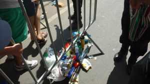Segurança privada do estádio fez torcedores descartarem vários alimentos (Foto: Frank Bermudes)