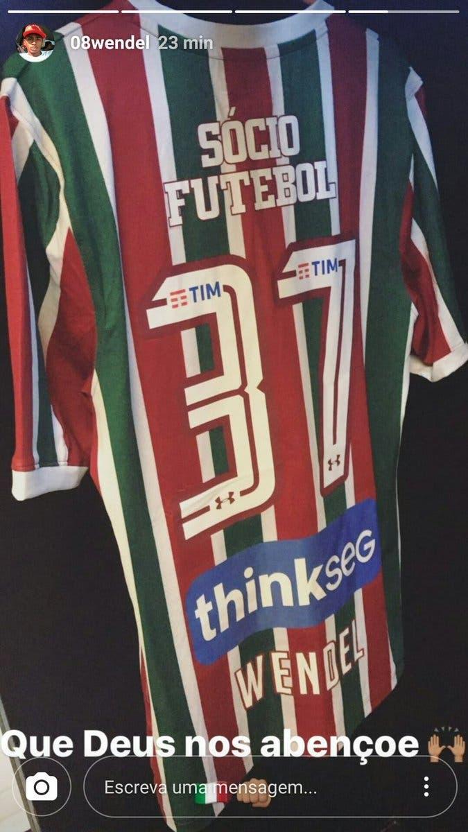 Os jogadores do Fluminense publicaram fotos da camisa tricolor 90ae7d41856fe